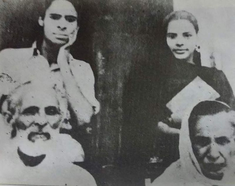 Jaun Elia with his Parents and Sister
