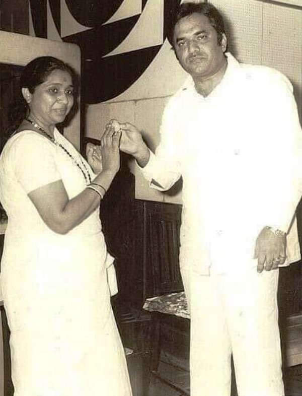 Mukesh Khanna's brother Ved Khanna with Asha Bhosle