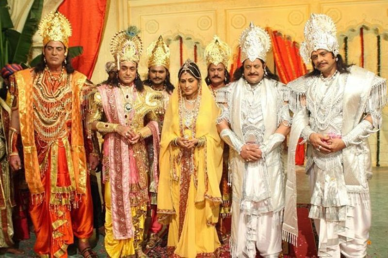 Nitish Bharadwaj with the cast of Mahabharat