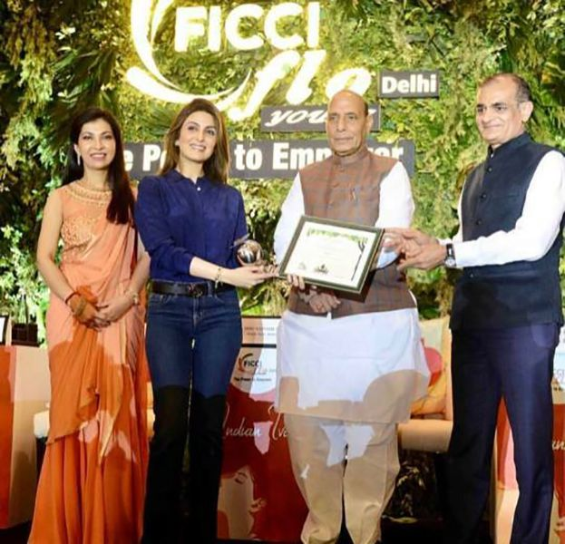 Riddhima Kapoor Sahni Receiving FICCI FLO Delhi Award