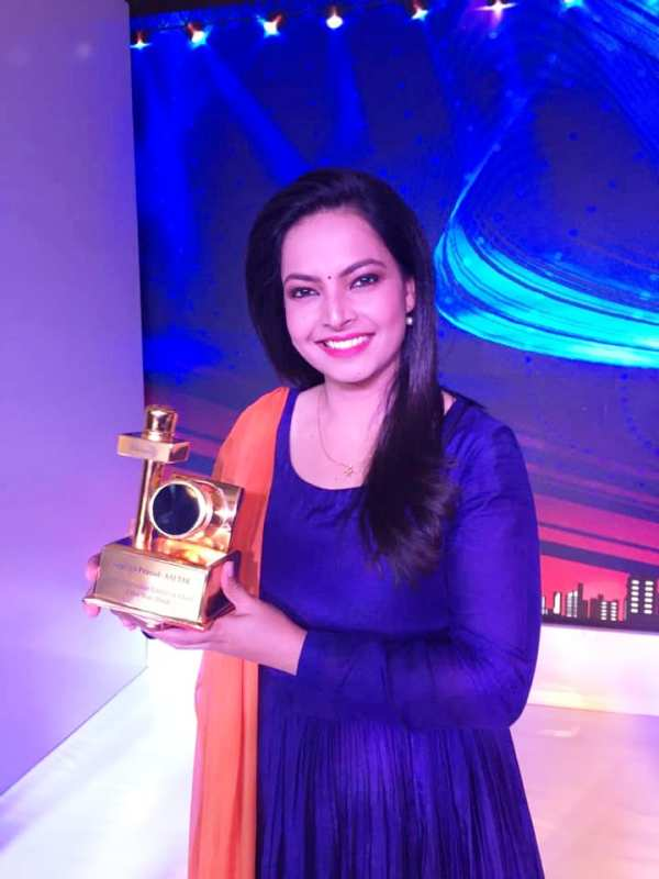 Shweta Jha With Her Award