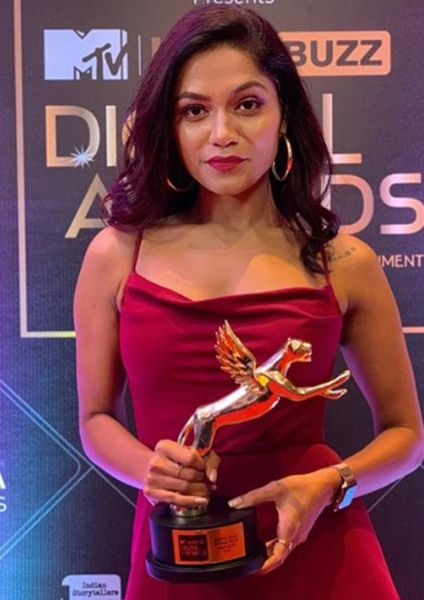 Sonali Bhadauria with her Award