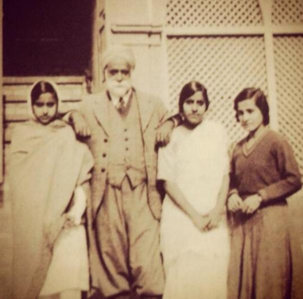 Teji Bachchan (2nd from right) With Her Father Khazan Singh Suri