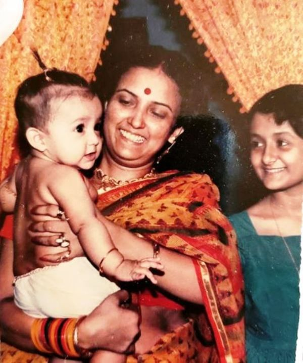 A Childhood Picture of Monali Thakur With Her Mother and Sister
