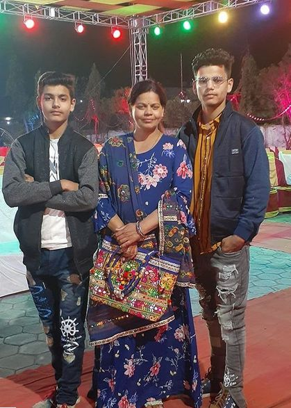 Chahat Pandey's mother and brothers