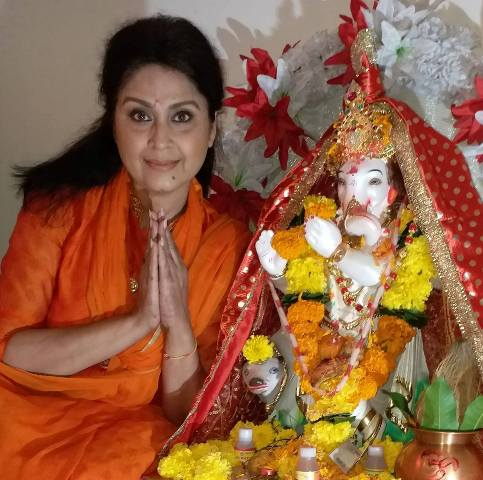 Dolly Minhas with the idol of Lord Ganesha