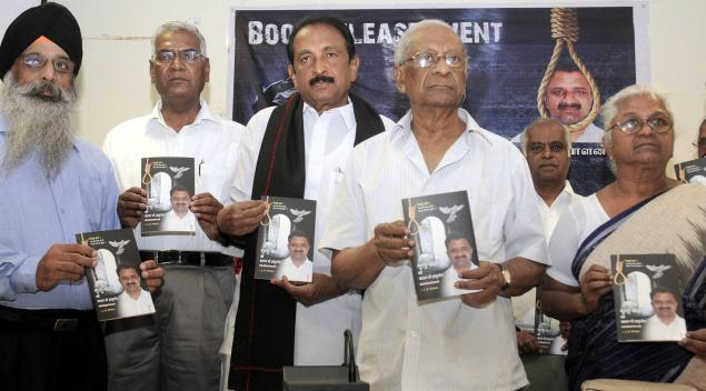 In Picture: (From right): Perarivalan's mother Arputham Ammal, CPI(M) general secretary A.B. Bardhan, MDMK leader Vaiko, CPI leader D. Raja, and Jagmohan Singh