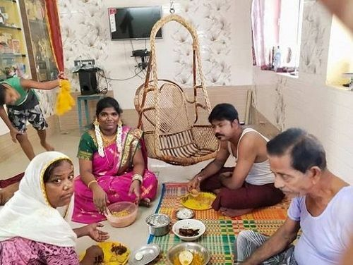 Aranthangi Nisha Eating With Her Family