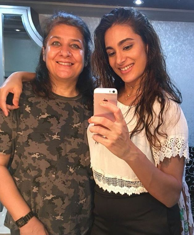 Arushi Chawla with her mother