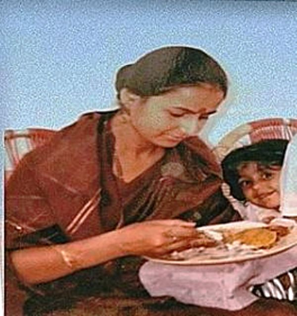 Childhood picture of Ayesha Singh with her mother