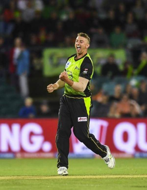Daniel Sams bowling for Sydney Thunder team
