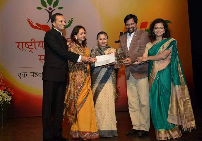 Gyanendra Purohit and his wife Receiving Rashtriya Swayam Siddh Samman by Jindal Steel Foundation