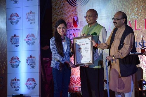 Lavleen Kaur Receiving an Award From Abhishek Singhvi and Late Amar Singh