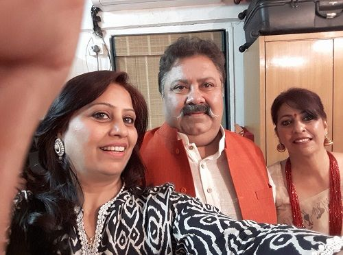 Manoj Pahwa With His Sisters