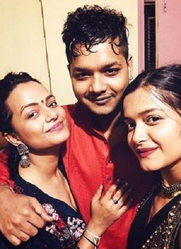 Nidhi Moony Singh With Her Brother and Sister
