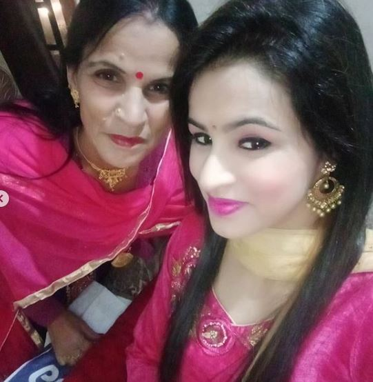 Nisha Dhaundiyal with her mother