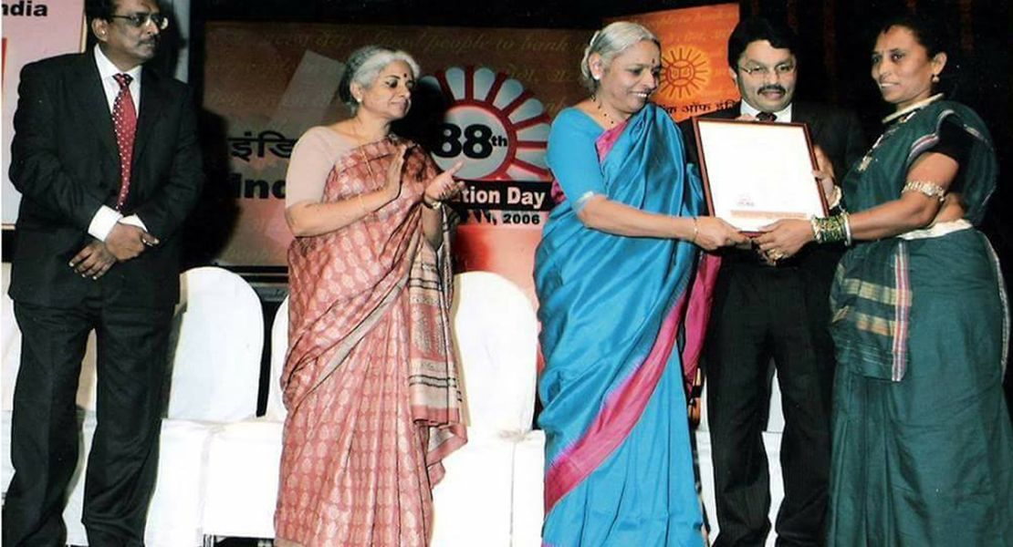 Phoolbasan Bai Yadav Receiving Award from Union Bank of India