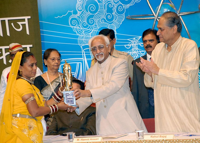 Phoolbasan Bai Yadav Receiving Jamnalal Bajaj Award