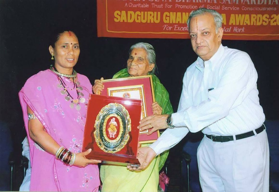 Phoolbasan Bai Yadav Receiving Sadguru Gnanananda National Award