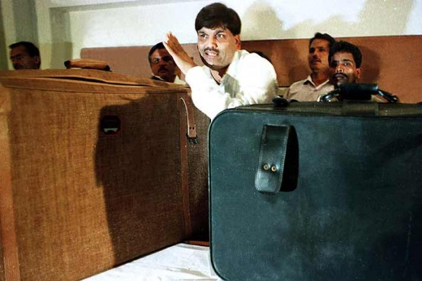 Harshad Mehta before the media at Taj Hotel, Mumbai, showing the suitcase in which he gave the sum of Rs. 1 crore to Narasimha Rao