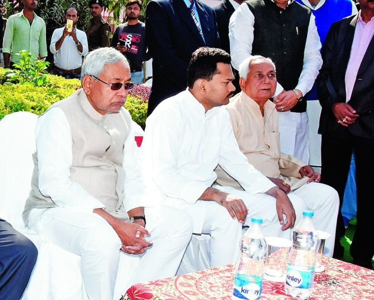 Nitish Kumar and his son Nishant Kumar (second from left) attending Manju Sinha's birth anniversary celebrations