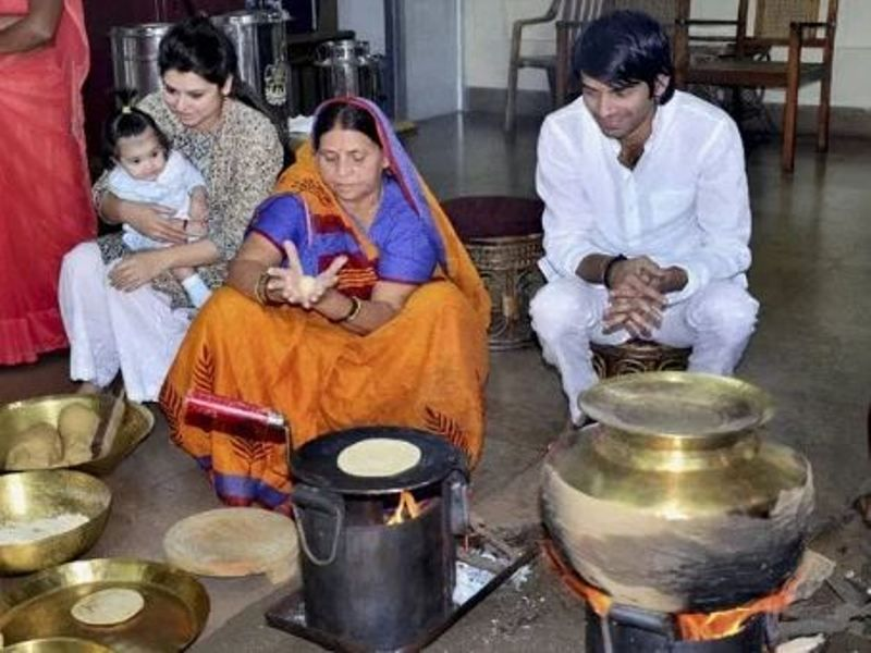 Rabri Devi cooking for her family