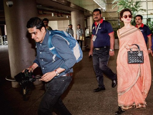 Viral Bhayani taking pictures of Kangana Ranaut outside airport