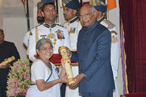 Dr. Smita Kolhe receiving the Padma Shri from the President of India, Ram Nath Kovind