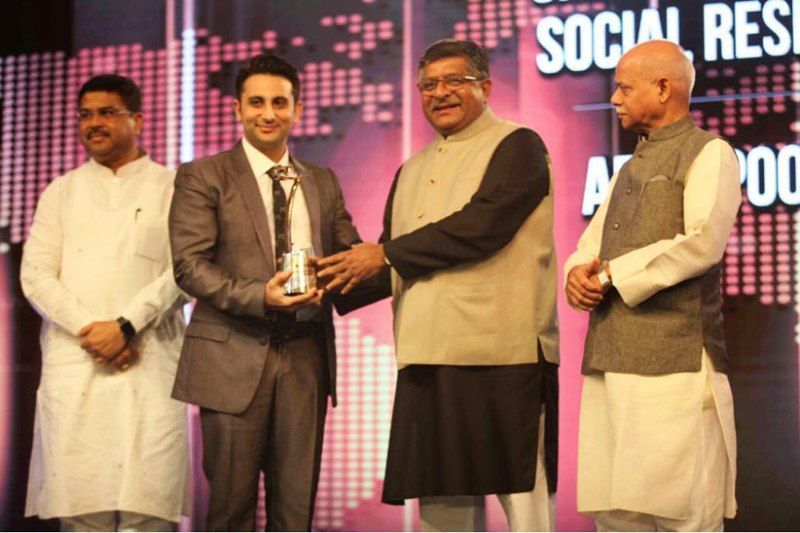 Adar Abad Poonawala receiving the CNBC Asia's award for Corporate Social Responsibility 2018 from Union Minister, Ravi Shankar Prasad