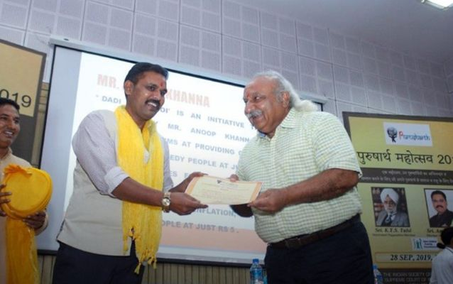 Anoop Khanna receiving Purushartha Award
