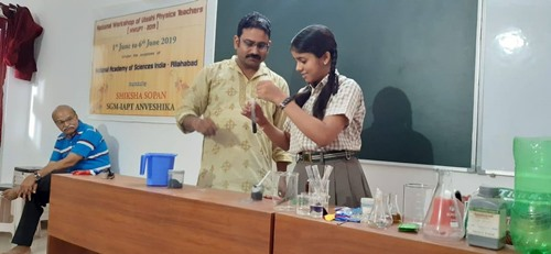 Demo training workshop conducted by NGO Shiksha Sopan and Indian Association of Physics Teachers (IAPT) while H. C. Verma is looking from a corner