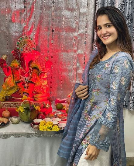 Riya Kishanchandani with the idol of Lord Ganesha