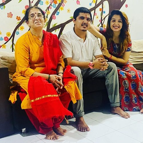 Snehlata Vasaikar with her mother and brother