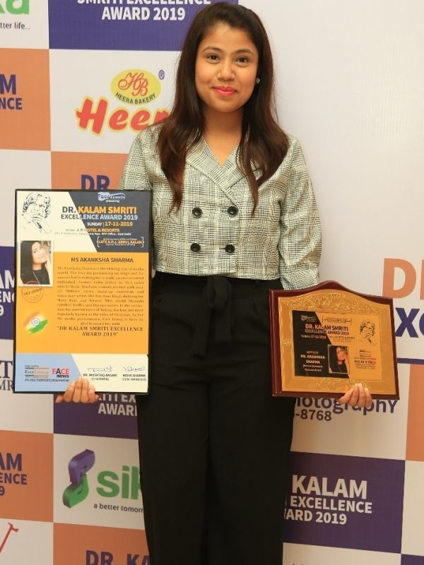 Akanksha Sharma winning the Dr Kalam Smriti Excellence Award for remarkable achievement in field of Media