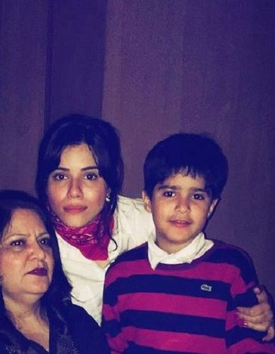 An old picture of Roshni Bhatia with her mother and son