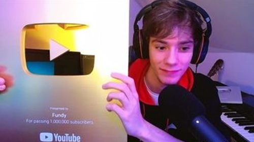Fundy posing with his golden YouTube play button on a live stream