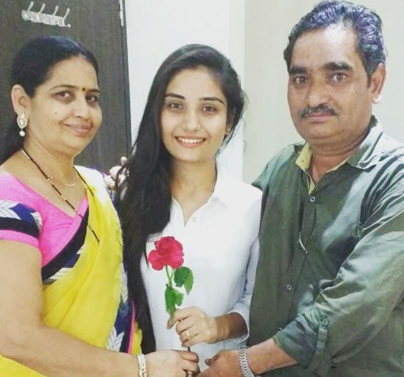 Khushboo Atre with her parents