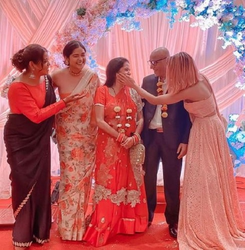Meghna Kaur with her parents and sisters