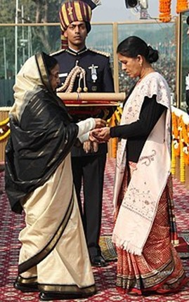 Sandeep Unnikrishnan's mother receiving the Ashoka Chakra award from the President of India Pratibha Patil