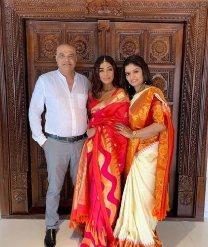 Santoshi Shetty with her parents