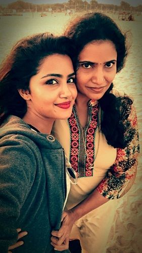 Anupama Parmeshwaram with her mother