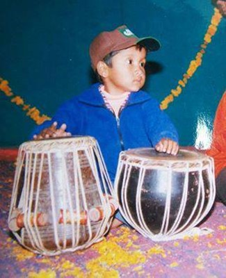 Childhood picture of Pawandeep Rajan playing tabla