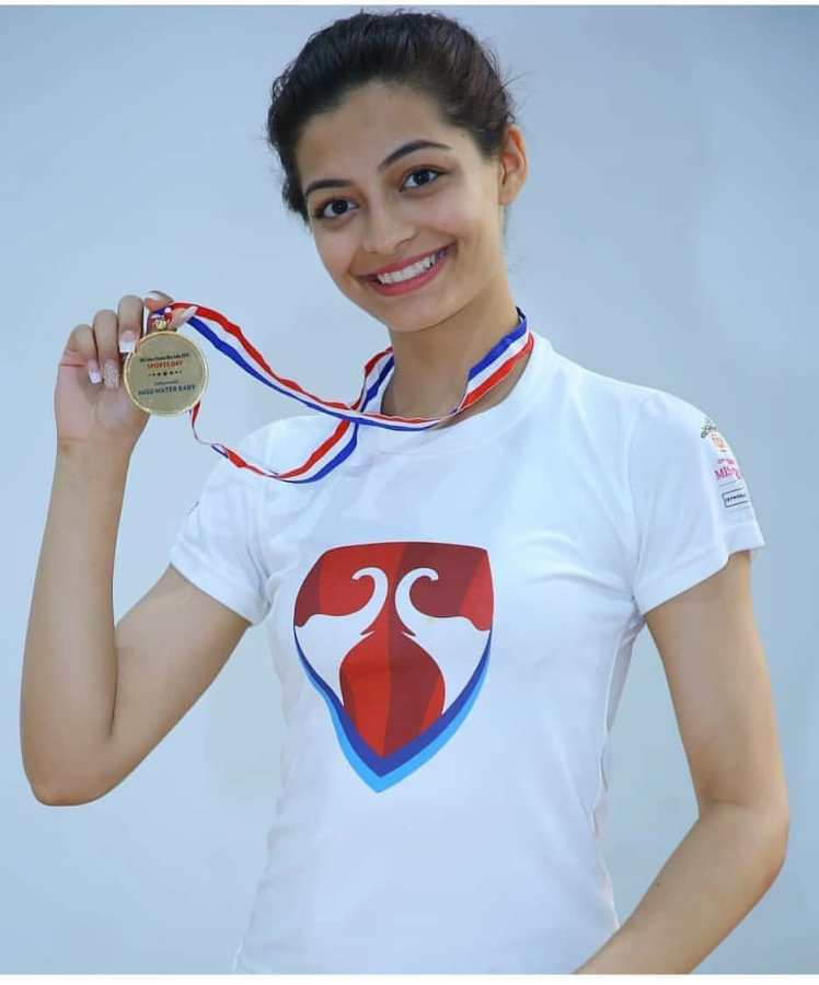 Mansi Sehgal posing with the medal of Miss Water Baby