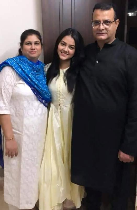 Priyal Mahajan with her parents