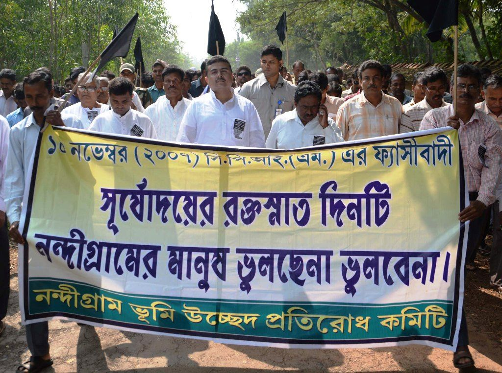 Suvendu Adhikari (in centre) accompanied by the TMC workers during the Nandigram movement