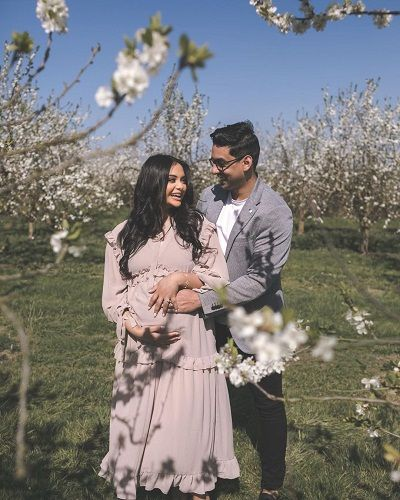 Afshan Azad with her husband in her maternity shoot