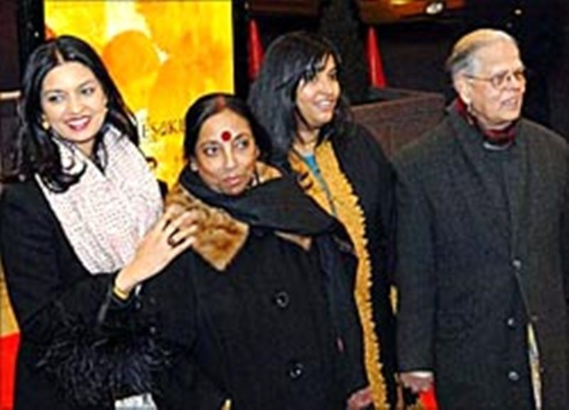 Jhumpa (extreme left) with her parents