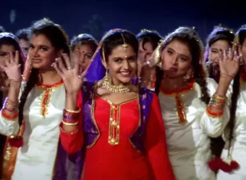 Mandira Bedi in a still from the movie Dilwale Dulhania Le Jayenge