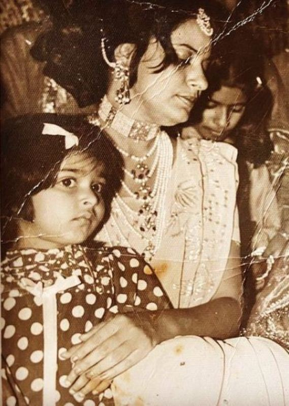 Nimra Bucha's childhood picture with her mother