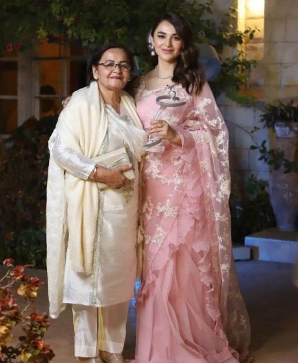 Yumna Zaidi with her mother at the Lux Style Awards 2021